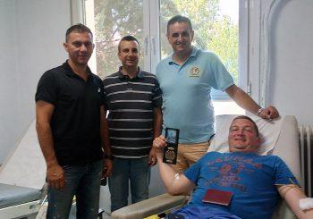 Ήρθε για διακοπές και πρόσφερε αίμα για την Ελλάδα